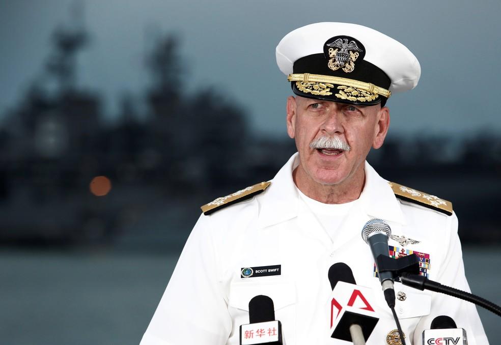 Almirante Scott Swift, durante entrevista sobre operações de busca por desaparecidos em acidente envolvendo destróier americano e navio líbio (Foto: REUTERS/Calvin Wong)