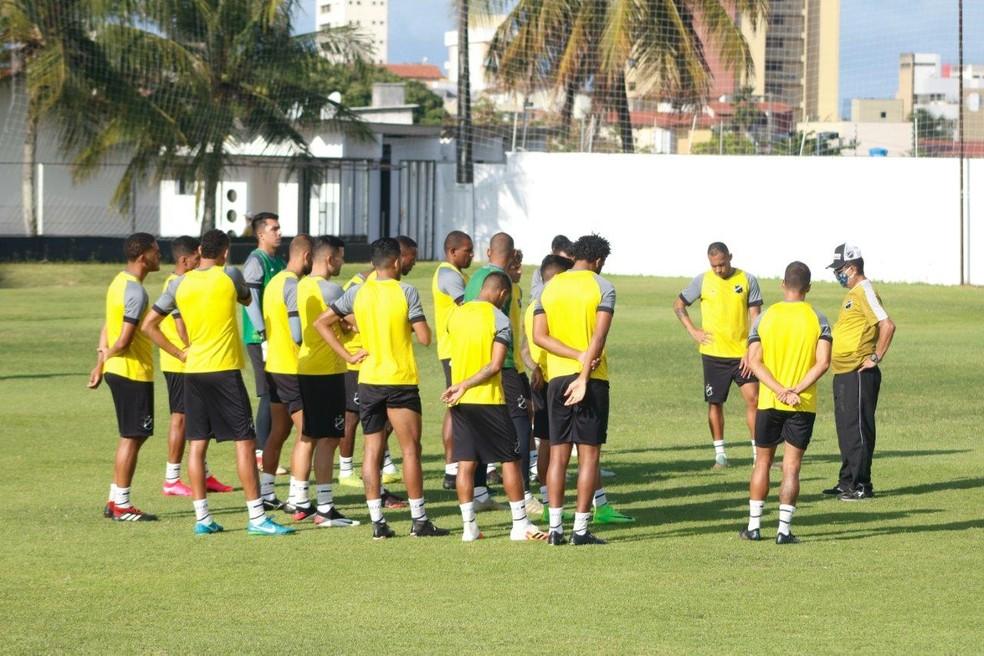 Jogadores que testaram positivo para Covid-19 não participaram do treino de sábado — Foto: Renne Carvalho/ABC