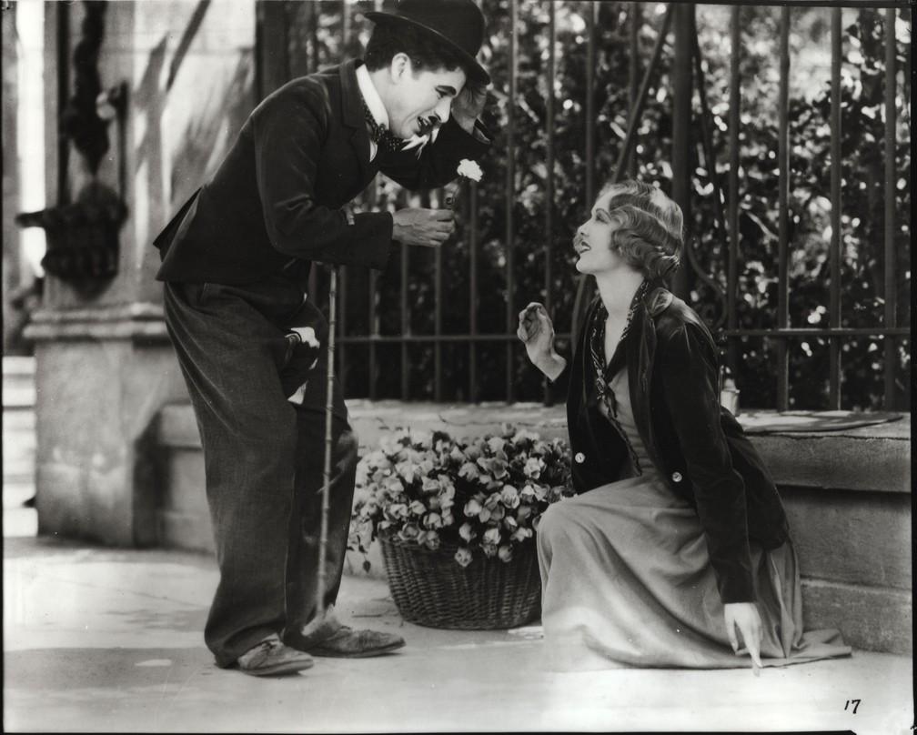 Luzes da Cidade é um filme de comédia romântica americano produzido em 1931, estrelado, escrito e dirigido por Charles Chaplin — Foto: City Lights © Roy Export S.A.S/Reprodução