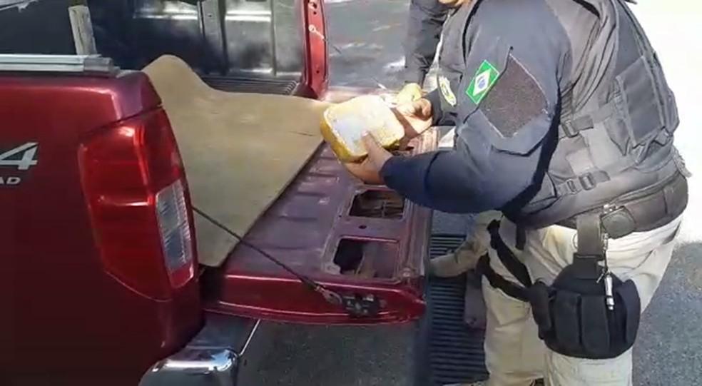 Droga foi encontrada na carroceria de uma caminhonete na BR-232, em São Caetano — Foto: PRF/Divulgação