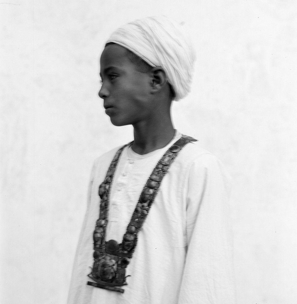 Menino egípcio usando uma das joias encontradas na câmara de Tut (Foto: GRIFFITH INSTITUTE/OXFORD UNIVERSITY)