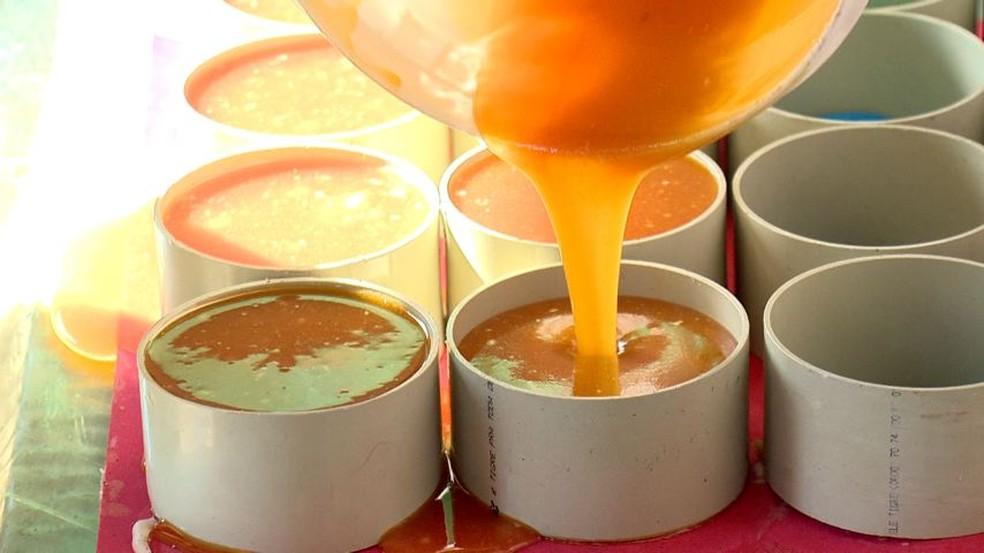 Soda cáustica é um ingrediente fundamental à fabricação de sabão.  — Foto: Reprodução/TV Gazeta