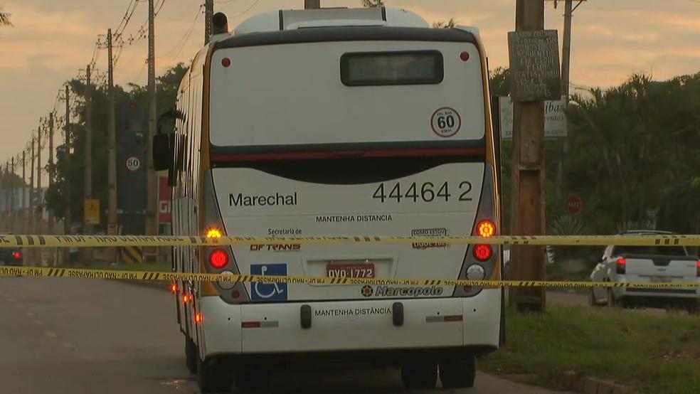 Peritos da Polícia Civil investigam o atropelamento (Foto: Reprodução/TV Globo)