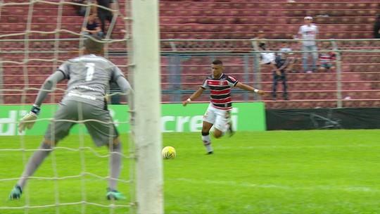 Felipe Almeida recebe belo passe, invade a área e chuta para fora, aos 12 do 2º tempo