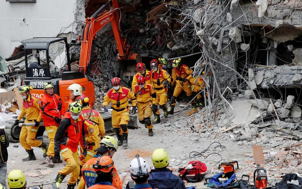 Equipes de socorristas em um hotel de Hualien (Foto: Tyrone Siu / Reuters)