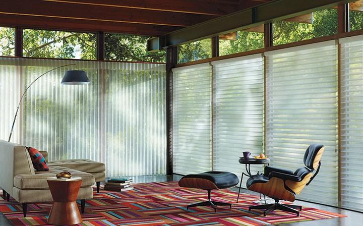 Por ser um ambiente de recepção, a sala pede luminosidade. A Silhouette® possui lâminas que flutuam entre véus transparentes, criando ambientes iluminados