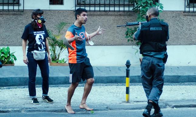 "PM aponta fuzil para manifestante no ato ""Vidas Negras Importam"""