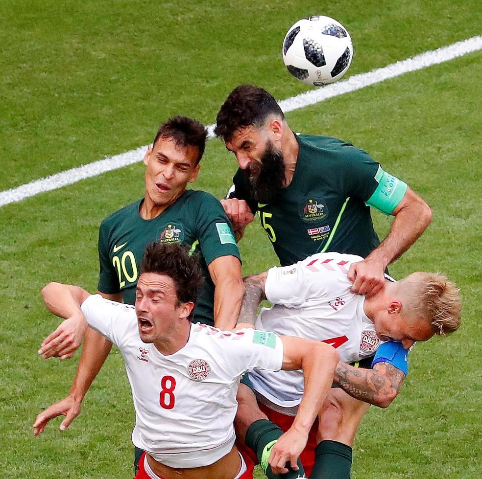 Mile Jedinak e Trent Sainsbury em ação pelo time da Austrália, (Foto: REUTERS/David Gray)