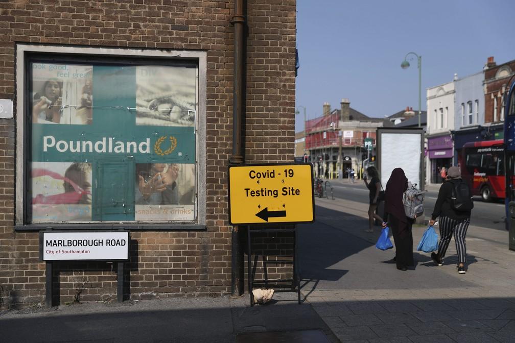 Centro de testes para o diagnóstico do coronavírus em Southampton, na Inglaterra, nesta quarta-feira (16) — Foto: Andrew Matthews/AP