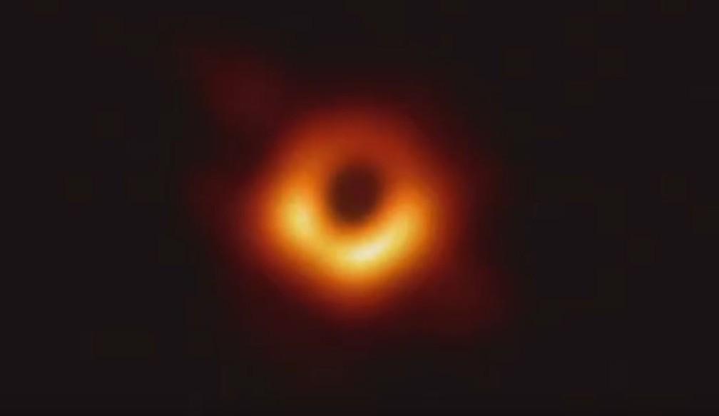 Pela primeira vez, telescópios conseguiram captar a imagem de um buraco negro — Foto: Reprodução