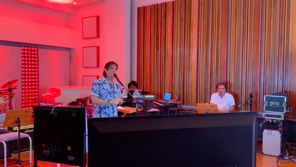 Roberto Carlos faz sua primeira live com apenas dois músicos, o maestro Eduardo Lages e o tecladista tutuca — Foto: Globo