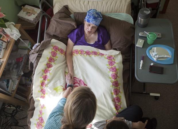 Enfermeira com câncer pancreático em sua casa, nos EUA (Foto: Ilana Panich-Linsman/The New York Times)