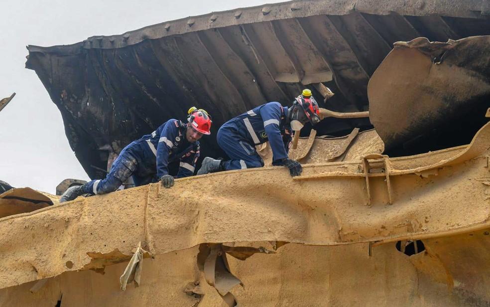 Equipes buscam sobreviventes e corpos nos escombros após megaexplosão em Beirute — Foto: Força de Segurança Interna do Qatar / AFP Photo