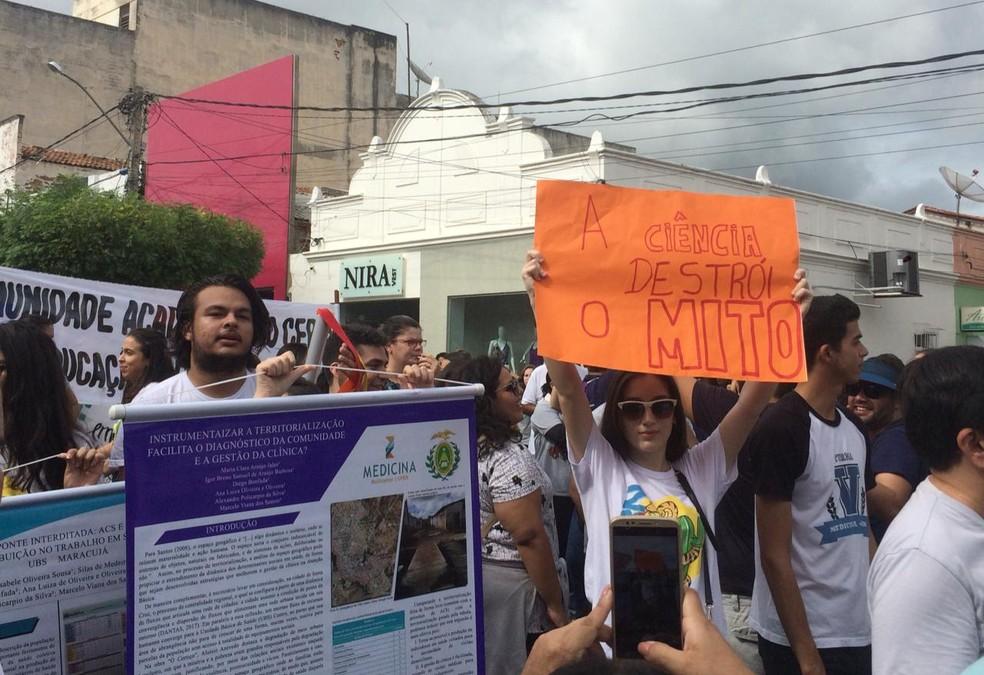 Manifestações em Caicó contra bloqueio orçamentário nas instituições federais de ensino superior do RN — Foto: Ricardo Bezerra