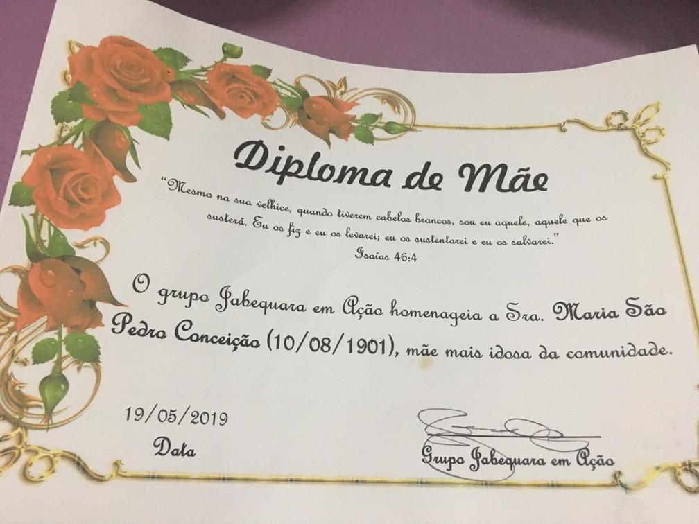 Maria São Pedro ganhou um diploma de mãe mais idosa da comunidade de Jabequara  — Foto: João Souza/G1