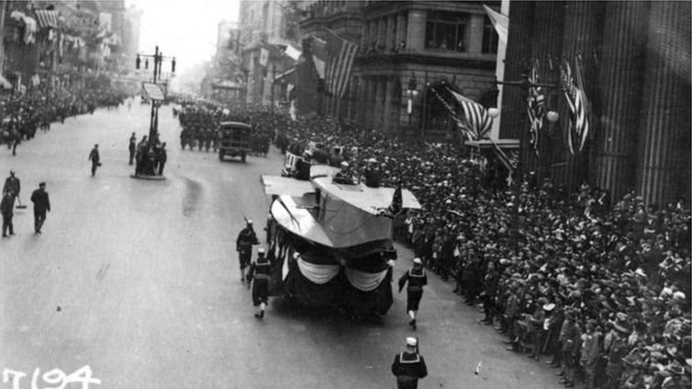 Desfile na Filadélfia em 1918 foi realizado apesar de alertas de que representava risco de disseminação da gripe espanhola — Foto: U.S. Naval History and Heritage Commad