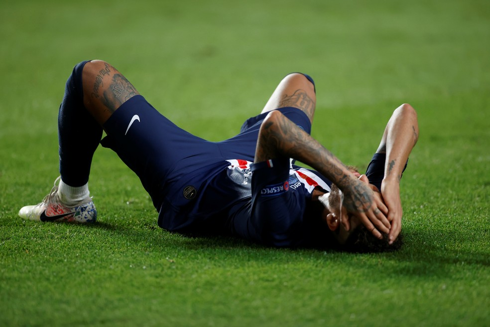 Neymar desaba no gramado: atacante chorou bastante após derrota do PSG — Foto: Matthew Childs/Reuters