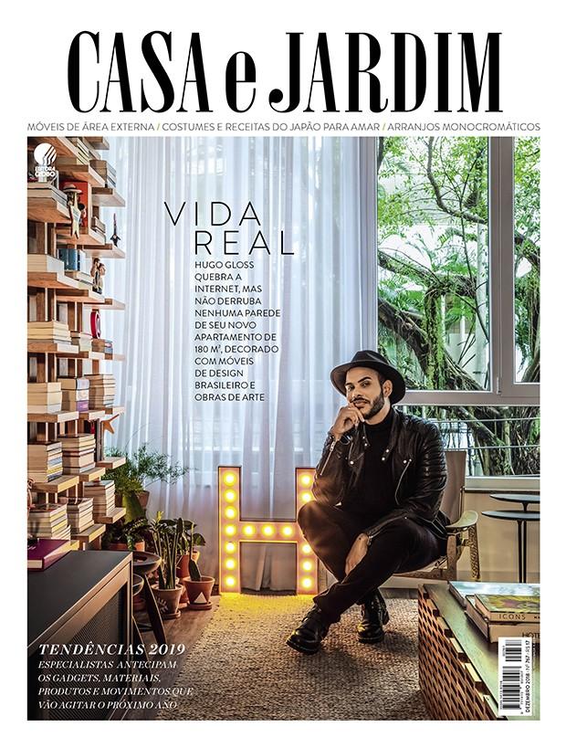 Hugo Gloss na sala de seu apartamento, na Lagoa, no Rio de Janeiro (Foto: André Nazareth / Editora Globo)