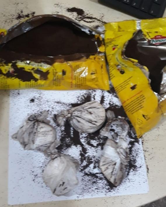 Em Alenquer, jovem é presa após ser pega com pedras de oxi escondidas em pacotes de café