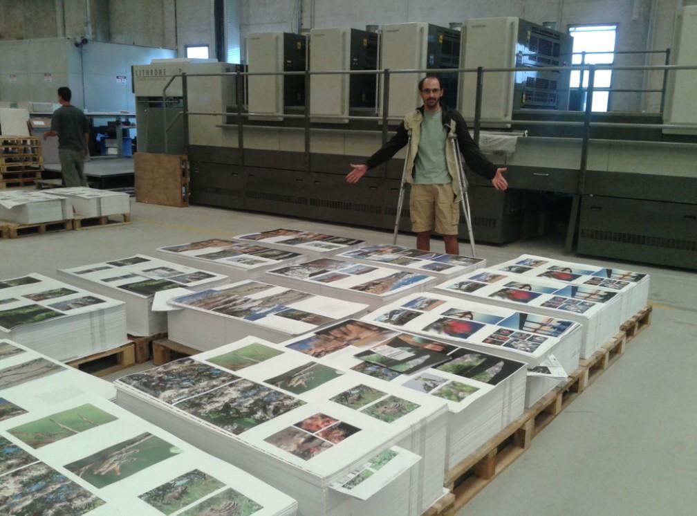 De moletas, fotógrafo acompanha a impressão do livro na gráfica — Foto: Arquivo Pessoal