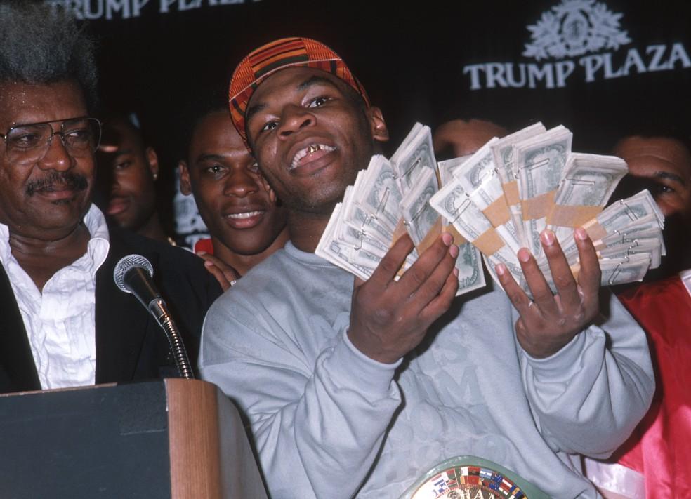 Mike Tyson com dinheiro na mão e ao lado de seu empresário da época, Don King  — Foto: Ron Galella, Ltd./Ron Galella Collection via Getty Images