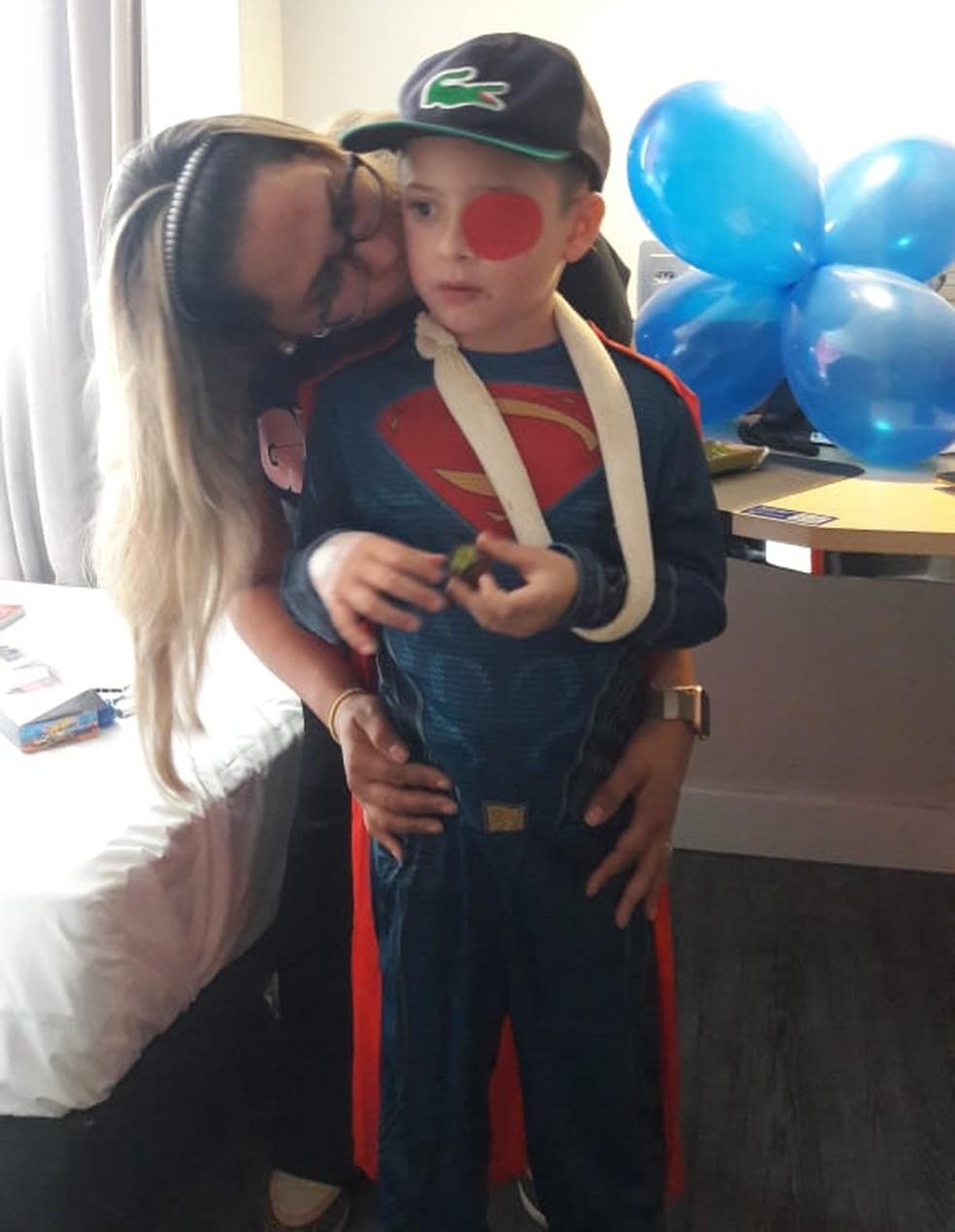 Enzo e a mãe Luana no dia da alta hospitalar — Foto: Luana Pontes/Arquivo Pessoal