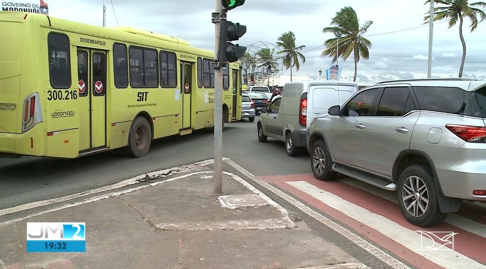 Trânsito ficou interditado por alguns momento durante o protesto dos estudantes — Foto: Reprodução/TV Mirante