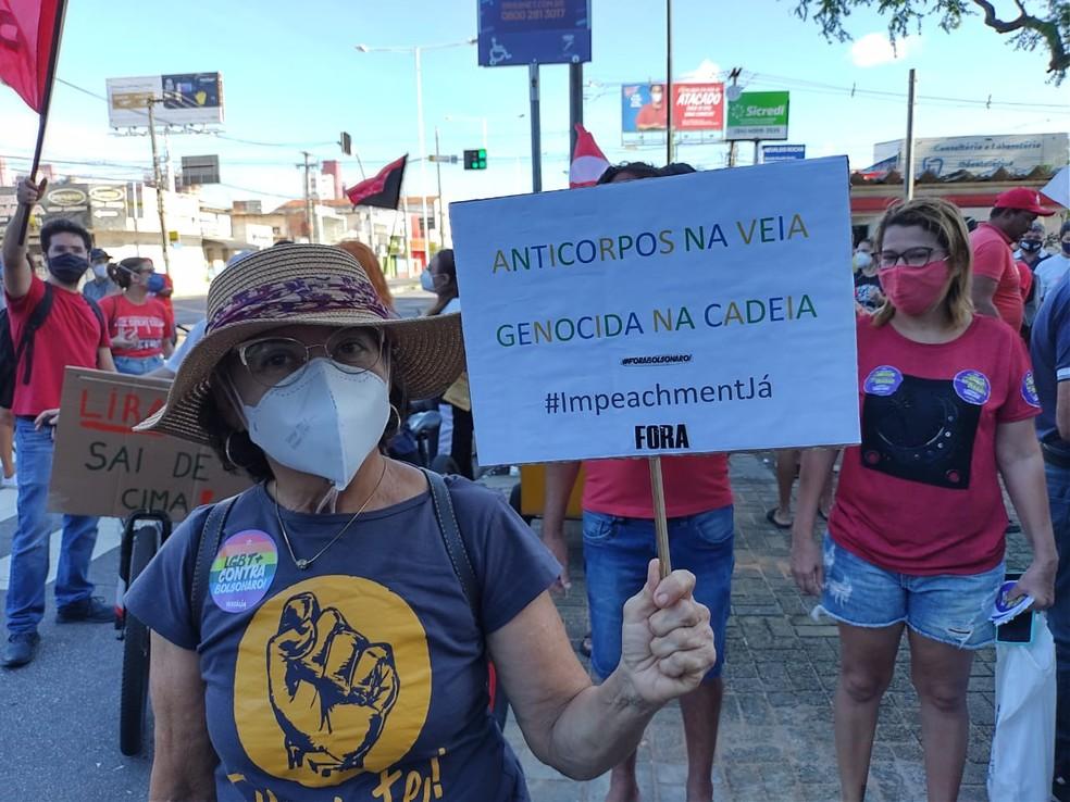Manifestantes protestam contra Bolsonaro e a favor da vacina em Natal — Foto: Lucas Cortez/Inter TV Cabugi