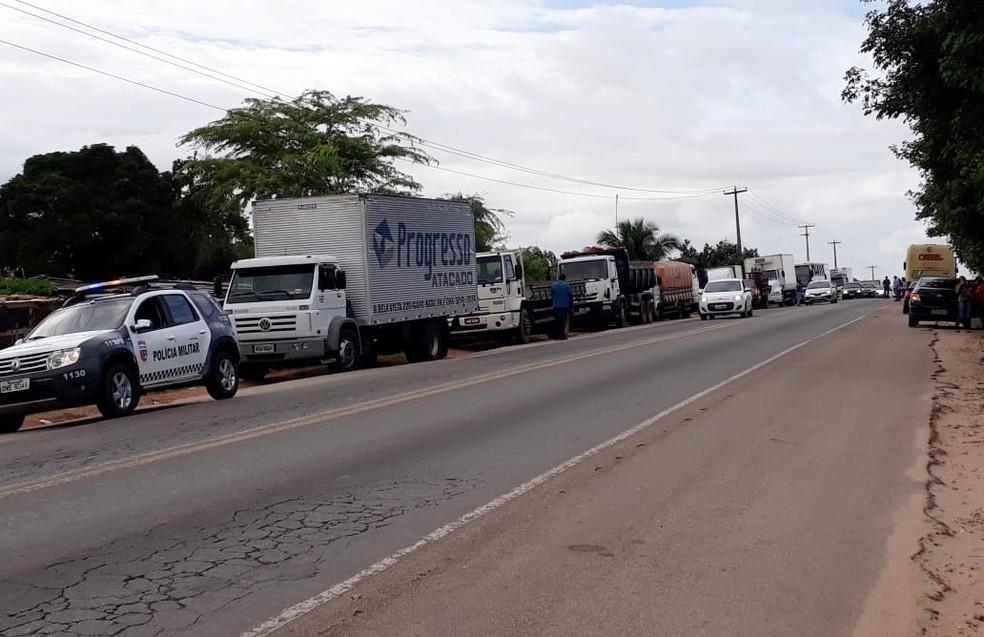 Também na BR-406, há um segundo trecho parcialmente interditado em Ceará-Mirim, próximo da comunidade de Massaranduba (Foto: Celso Amâncio)