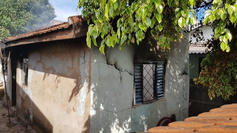 A casa ficou praticamente destruída por causa do fogo, em Avaré — Foto: Esdras Pereira/TV TEM
