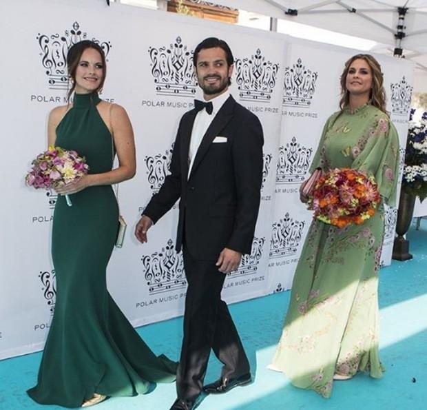 Princesa Sofia, à esquerda, no 2018 Polar Music Prize Award exibindo um modelo semelhante ao de Meghan (Foto: Reprodução/Instagram)