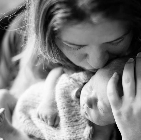 A cantora Kelly Clarkson e seu bebê (Foto: Instagram)