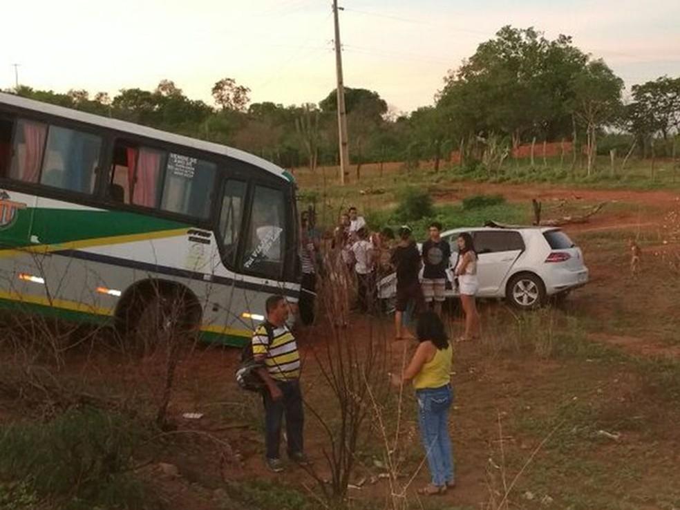 Carro do prefeito eleito de Santana colidiu de frente com um ônibus (Foto: Divulgação/Polícia Militar)