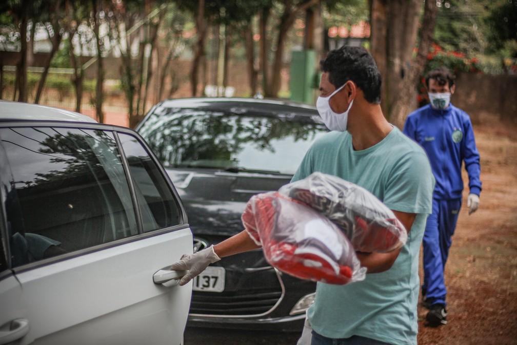 Roupeiro coloca os uniformes nos carros dos jogadores  — Foto: David Oliveira/Guarani FC