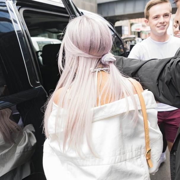 Ariana Grande aposta nos cabelos lavanda (Foto: Backgrid)