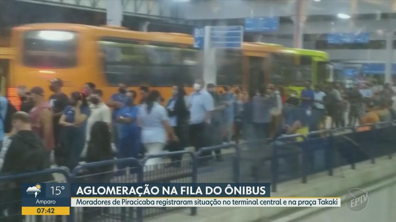 Moradores de Piracicaba registram aglomeração em filas de ônibus de linhas municipais