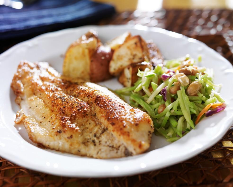 Alimentação balanceada com grelhado, legumes e carboidratos de baixo índice glicêmico (Foto: Getty Images)