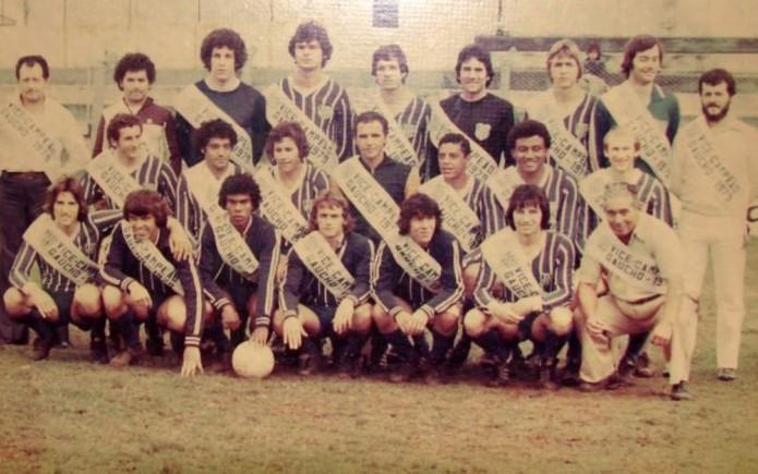 O Esportivo vice-campeão gaúcho de 79 tinha Espinosa (no centro, na fila do meio) como treinador e Renato (agachado à esquerda) e Raquete (penúltimo agachado, à direita) — Foto: Acervo/ Clube Esportivo Bento Gonçalves