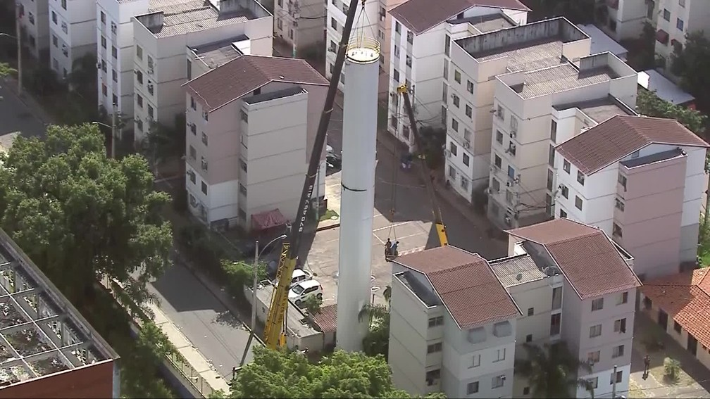 Ladrões usaram dois guindastes para o roubo — Foto: Reprodução/TV Globo