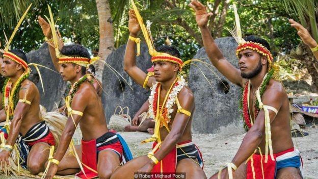 O povo yapese utiliza as chamadas pedras 'rai' como dinheiro há séculos (Foto: Robert Michael Poole/BBC)
