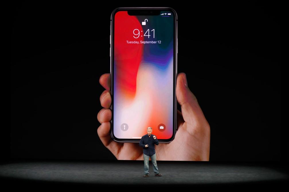 iPhone x é apresentado nesta terça-feira (12), em evento em Cupertino, na Califórnia, pelo vice-presidente de marketing global da Apple, Phil Schiller (Foto: Stephen Lam/Reuters)