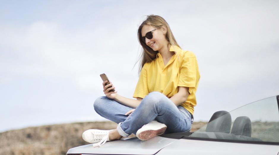 mulher, jovem, carro, celular (Foto: Reprodução/Pexels)