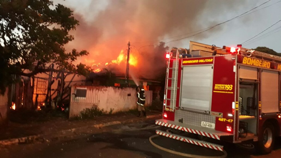 Bombeiros controlam incêndio em duas residências de Campo Grande, MS (Foto: José Aparecido/ TV Morena)