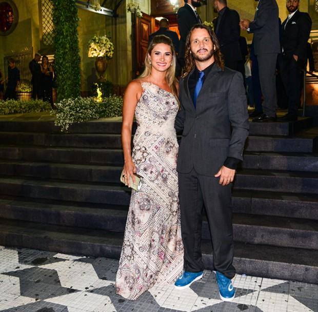 Tato, do Falamansa, e a mulher (Foto: Leo Franco/AgNews)