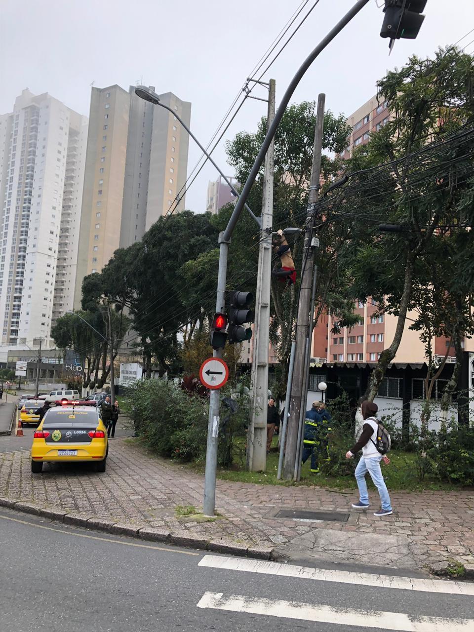 Homem fica gravemente ferido após ficar pendurado em poste de luz em Curitiba  - Notícias - Plantão Diário