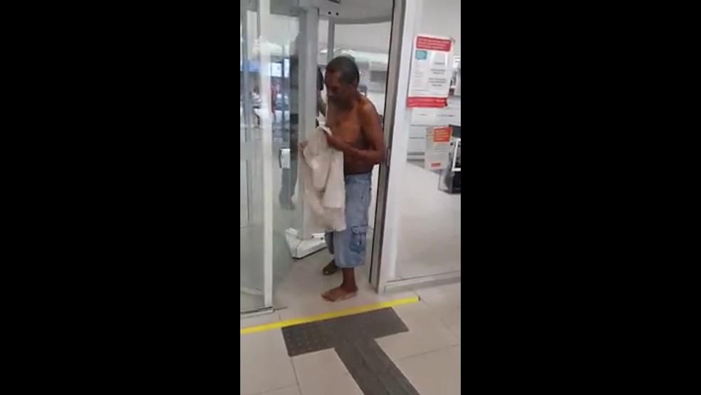 Idoso teve de se despir para tentar entrar num banco — Foto: Reprodução/TV Globo