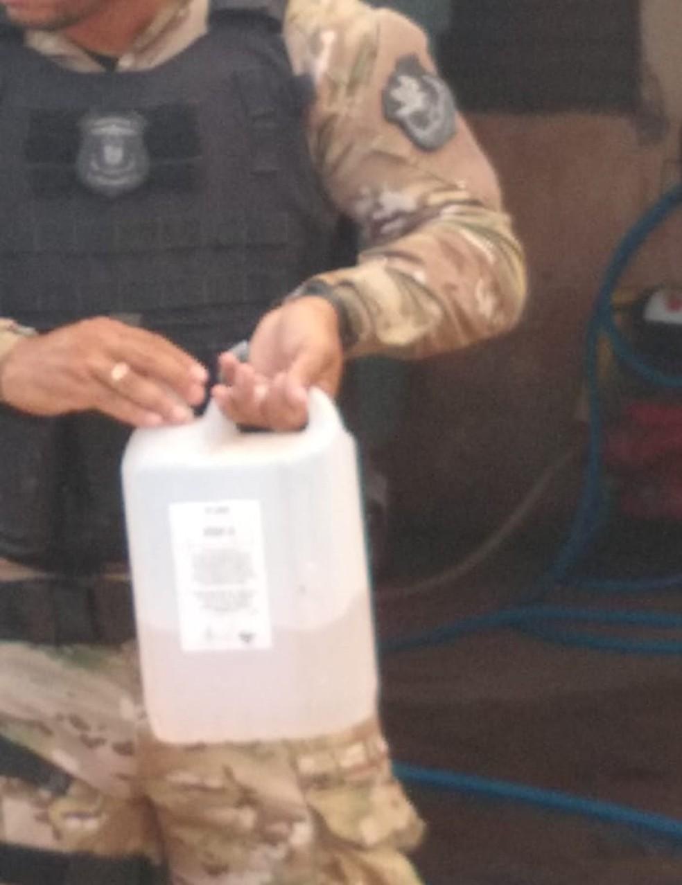 Galão com combustível foi encontrado com o pai preso em Cuiabá — Foto: Polícia Civil de Mato Grosso/Assessoria