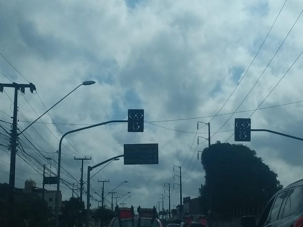 Semáforos ficaram apagados após oscilação de energia — Foto: Reprodução/SVM