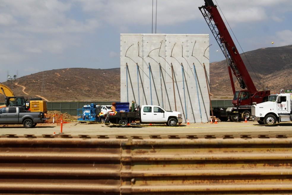Protótipo de muro é instalado em San Diego, na Califórnia, em 3 de outubro de 2017 (Foto: Reuters/Jorge Duenes)