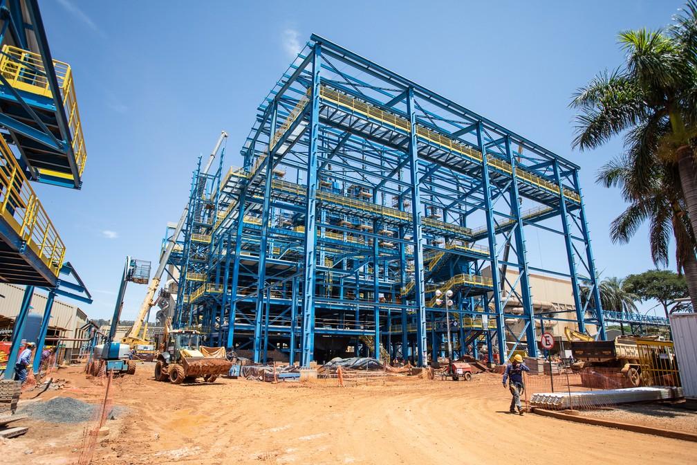 Estrutura de edifício em construção em Araxá com vigas de aço com nióbio; metal é usado como um melhorador, para produzir aços mais leves e resistentes — Foto: Fábio Tito/G1